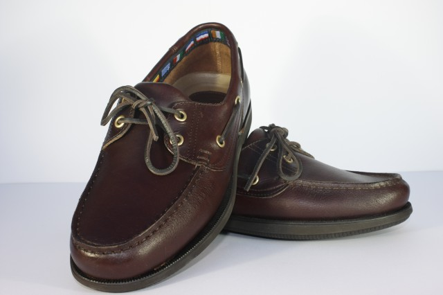 C210 - Sapato em pele com atacador sola de borracha macia